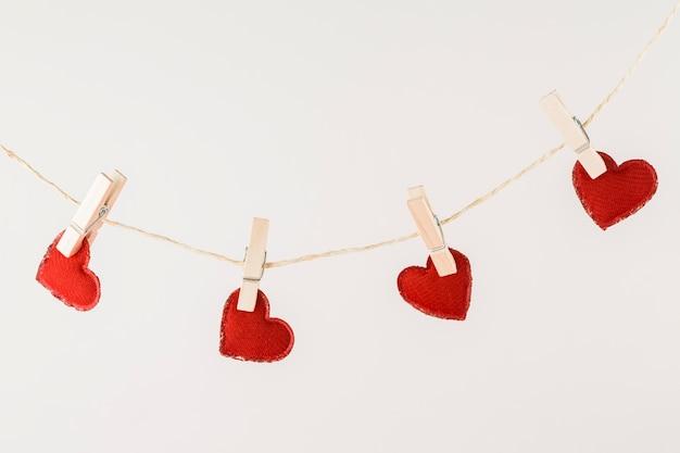 Corazones rojos colgando de una cuerda