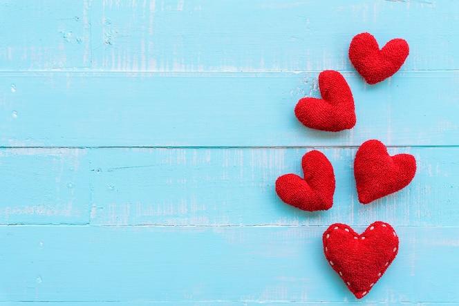 Corazones rojos en el fondo de madera azul, amor, concepto del día de tarjetas del día de san valentín.