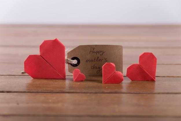 Corazones rojos recortados y etiqueta para el día de la madre