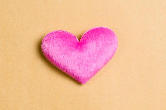 Corazones rosados en reciclan el fondo de papel