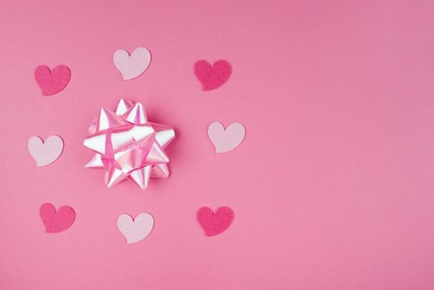 Corazones rosados con lazo rosa y espacio de copia