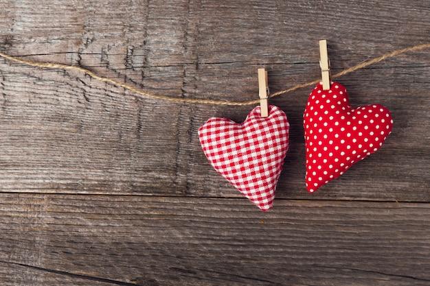 Corazones de textil día de san valentín en madera