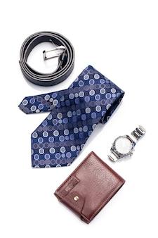 Corbata, cinturón, billetera, accesorio para hombre aislado sobre fondo blanco.