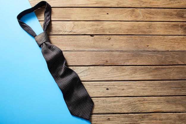 Corbata del día de padres en el escritorio de madera