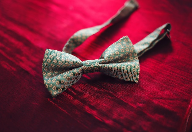 Corbata de lazo de los hombres en un fondo rojo