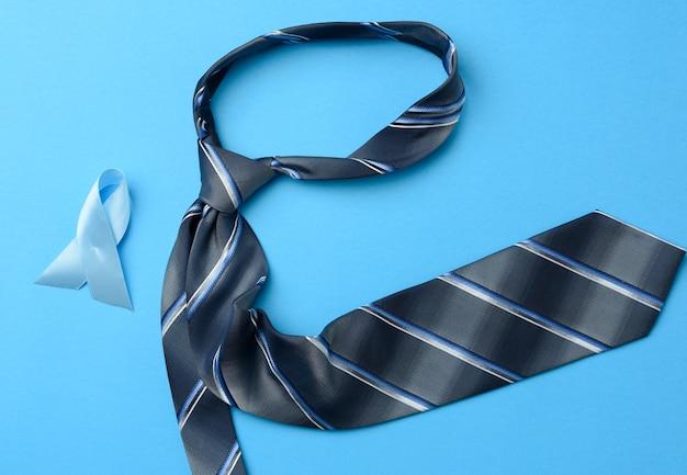 Corbata de seda azul para hombre y cinta doblada en un lazo en azul