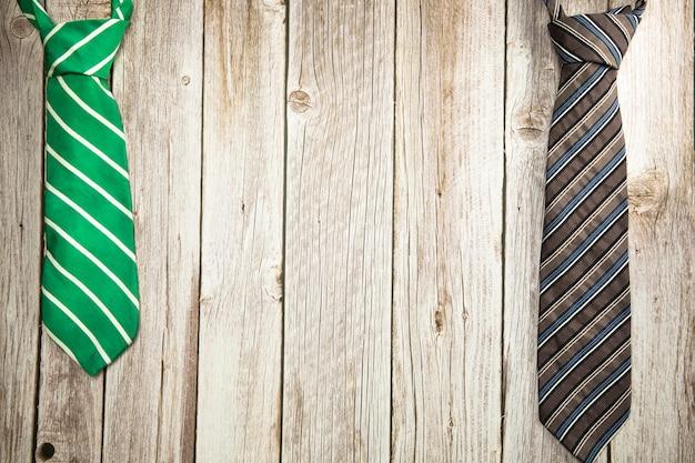 Corbata verde y marrón colorida sobre fondo de madera textura diseño del día del padre del día nacional de los hombres con ...