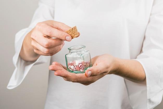 Corcho de explotación humana y pequeño tarro con corazones decorativos