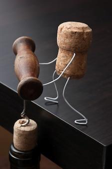 Corchos de vino y botella con sacacorchos