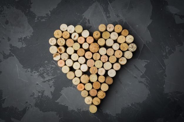 Corchos de vino corazón en una piedra negra