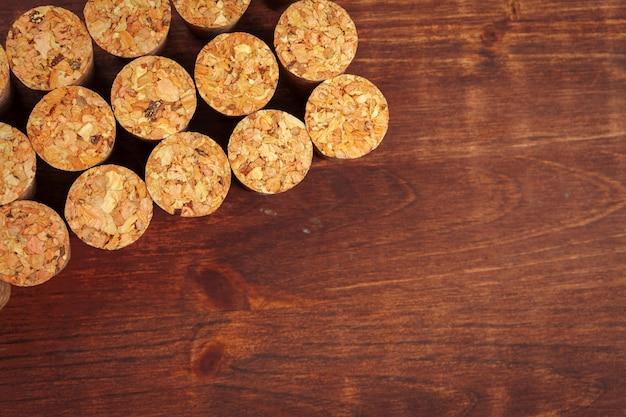 Corchos de vino en madera