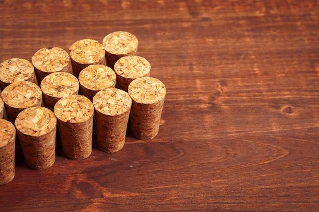 Corchos de vino en la mesa de madera