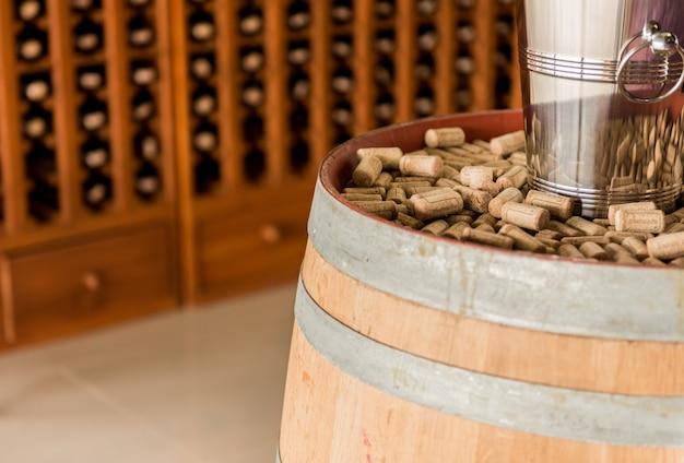 Corchos de vino sobre barriles de vino de madera.