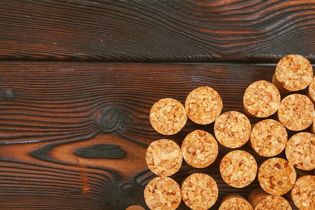 Corchos de vino sobre fondo de madera