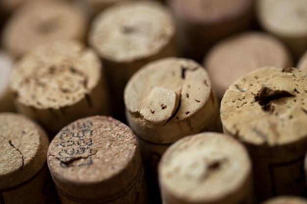 Corchos de vino sobre la mesa