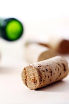 Corchos de vino sobre una mesa