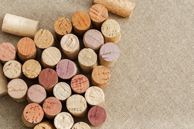 Corchos de vino usados en el fondo de tela de saco