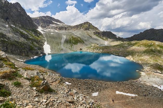 Cordillera del cáucaso arkhyz, lago sofía, escalar montañas, senderismo