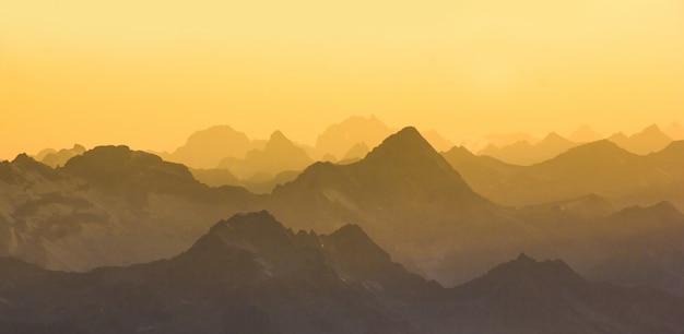 La cordillera del cáucaso principal desde el monte elbrus al atardecer.