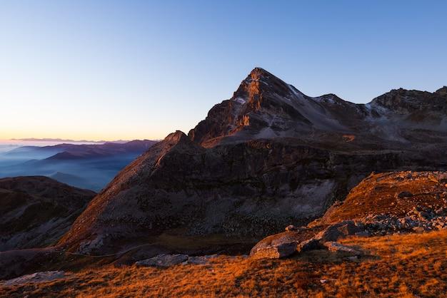 Cordillera de gran altitud en las puestas de sol