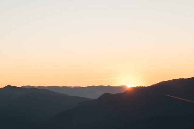 Cordillera en la mañana, silueta capa montaña.