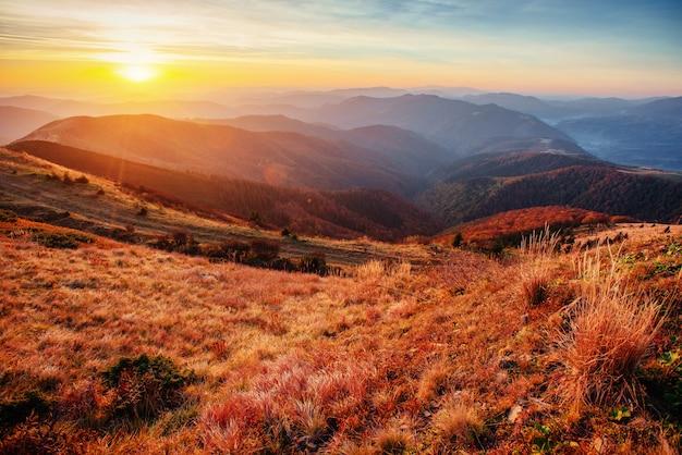 Cordillera en las montañas de los cárpatos en la temporada de otoño.