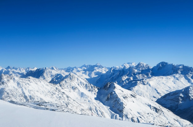 Cordillera de montañas caucásicas en el cielo azul