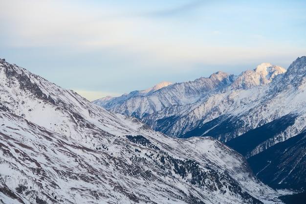 Cordillera de montañas del cáucaso en el cielo azul de nubes