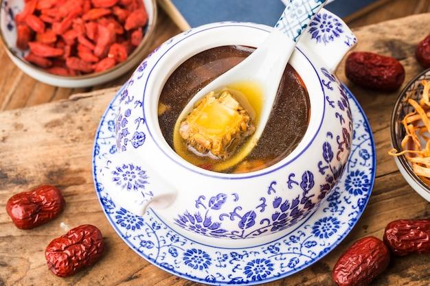 Cordyceps flor sopa de hueso de cerdo, comida china