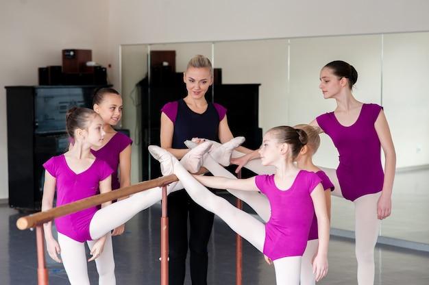 El coreógrafo enseña bailes a los niños.