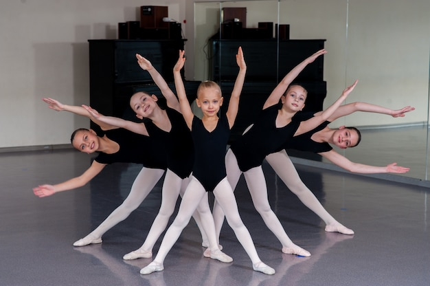 El coreógrafo enseña a niños bailes.