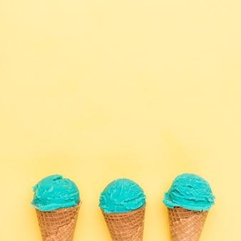 Cornetas de azúcar con helado de turquesa.