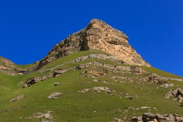 Cornisa de piedra de una cresta rocosa contra el cielo azul