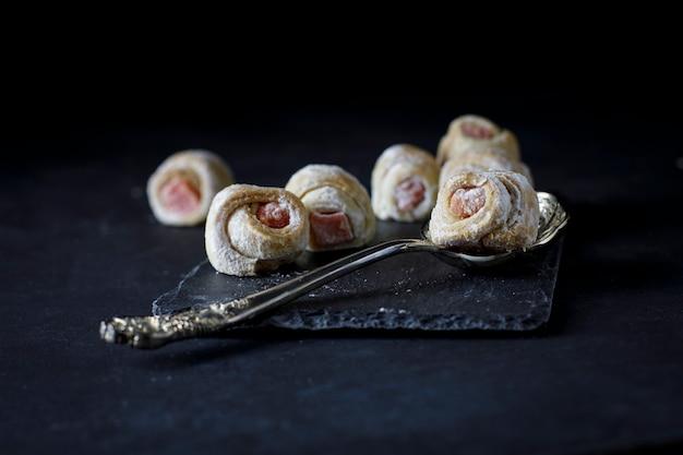 Cornulete dulce tradicional de europa del este relleno de fresa