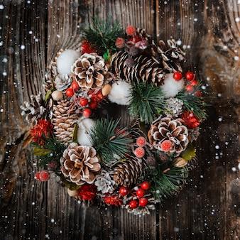 Corona de abeto y adornos navideños