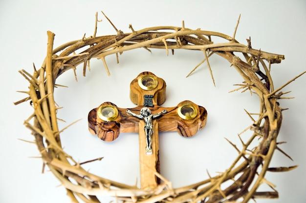Corona y cruz de madera.