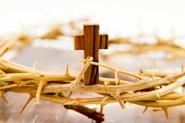 Corona y cruz de madera