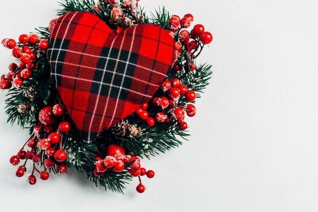 Corona decorativa navideña de acebo, hiedra, muérdago, cedro y ramitas de hojas de leyland