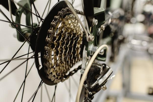 Corona de engranajes de una bicicleta limpia.
