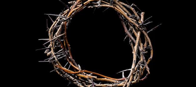 Corona de espinas en la oscuridad. el concepto de semana santa, sufrimiento y crucifixión de jesús.