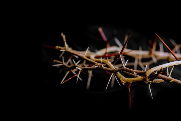 Corona de espinas y uñas símbolos de la crucifixión cristiana en semana santa