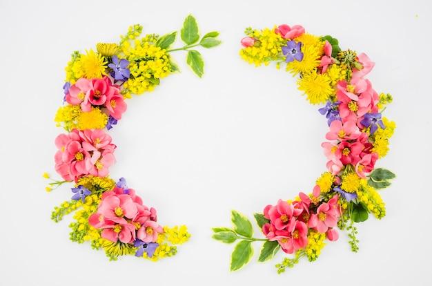 Corona de flores colorida
