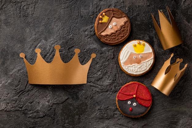 Corona y galletas postre feliz epifanía