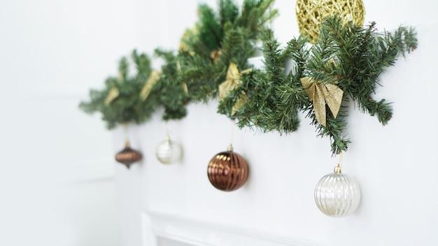Corona de navidad, adornos navideños, fondo, luces y bolas en blanco