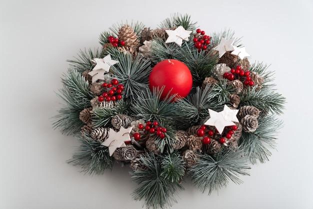 Corona de navidad de cerca sobre fondo blanco. decoraciones de año nuevo. patrón de vacaciones de invierno.