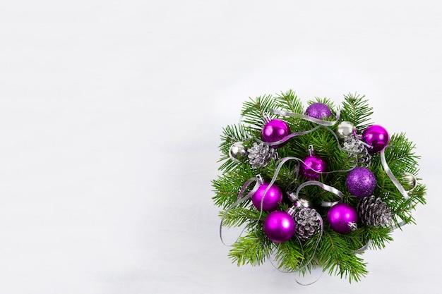 Corona de navidad con cinta de plata y adornos de color púrpura, copia espacio.