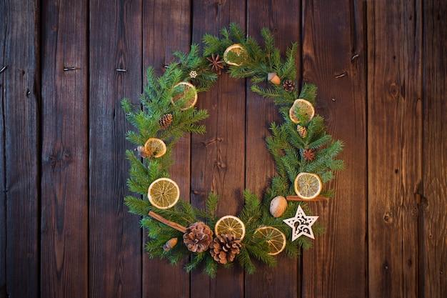 Corona de navidad en la pared de madera vieja