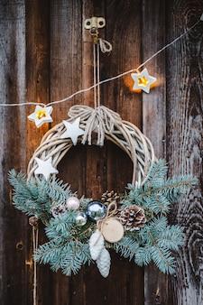 Corona de navidad en puerta de madera rústica