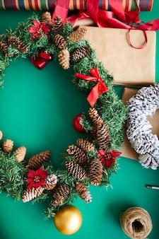 Corona de navidad y regalos vista superior