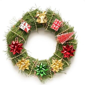 Corona de navidad sobre un fondo blanco. Foto Premium